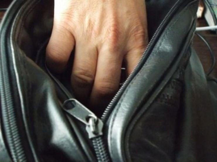 Un sătmărean a furat bani dintr-o poşetă lăsată nesupravegheată