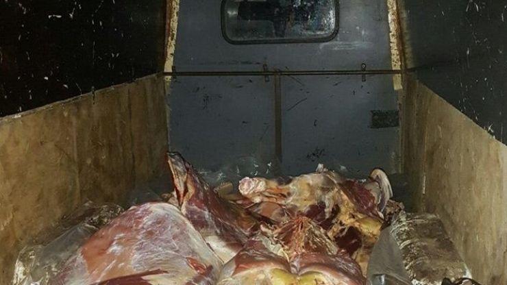 Carne de porc, fără acte, depistată într-o autoutilitară, la Apa