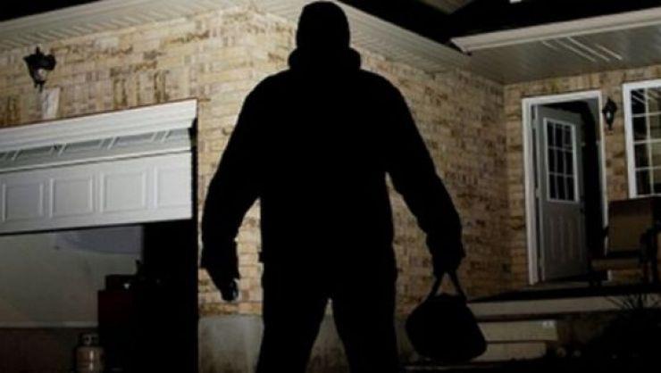 Doi bărbați au intrat în casa unui octogenar, de unde au furat bunuri de 50 de lei