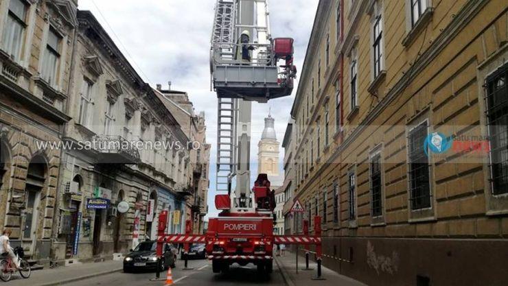 Atenție, pericol! Cade tencuiala la Satu Mare de pe o clădire simbol