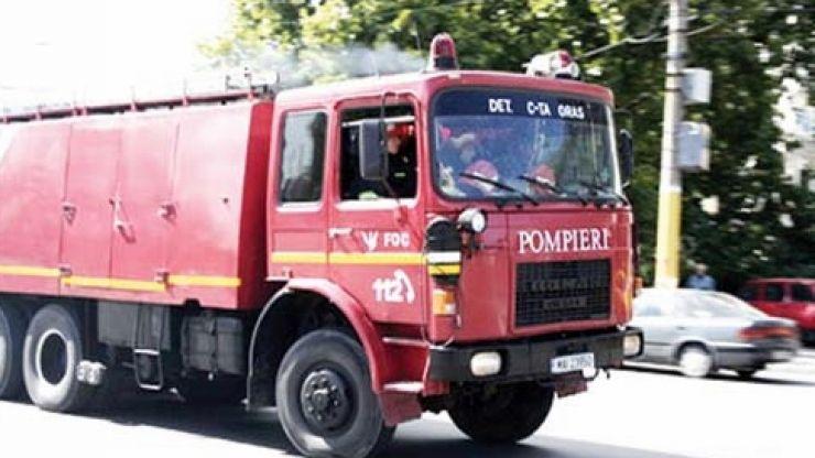 Pompierii, alertați din cauza unei mașini care scotea fum