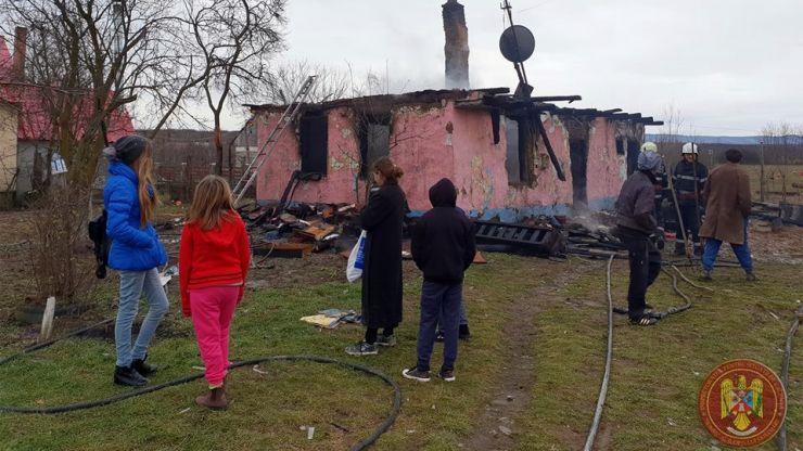 Incendiu în Tătărăști. O familie cu șapte copii a rămas sub cerul liber