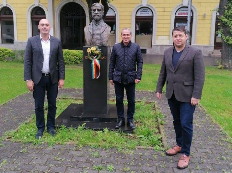 145 de ani de la înființarea PNL. Liberalii sătmăreni au depus o coroană de flori la statuia lui Ion I.C. Brătianu