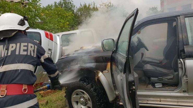 O mașină a luat foc în incinta unui service auto din Negrești Oaș