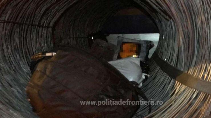 Șapte cetățeni străini ascunși într-un autocamion încărcat cu baloți de sârmă, depistaţi la vama Petea