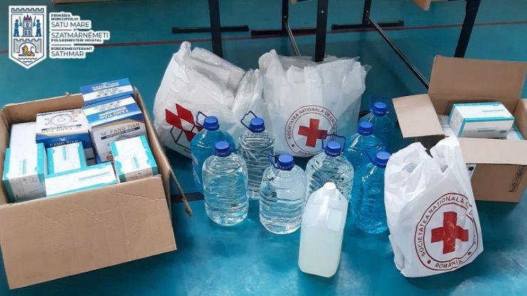 Combinezoane,măști,dezinfectante și viziere donate de o asociație din Elveția centrului comunitar de vaccinare din Satu Mare