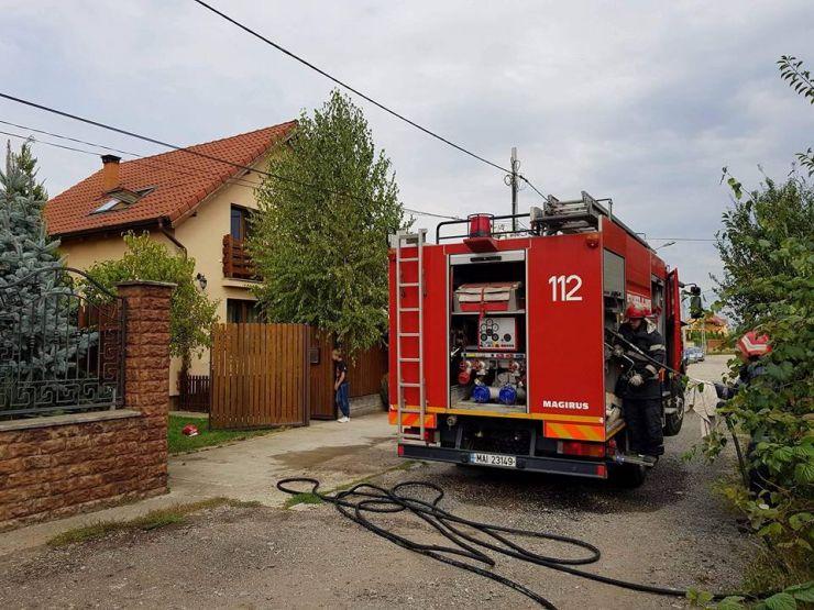 O casă din Satu Mare a luat foc. Proprietarii nu erau acasă