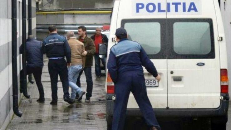 Doi bărbați, condamnați la închisoare, opriți în Vama Petea