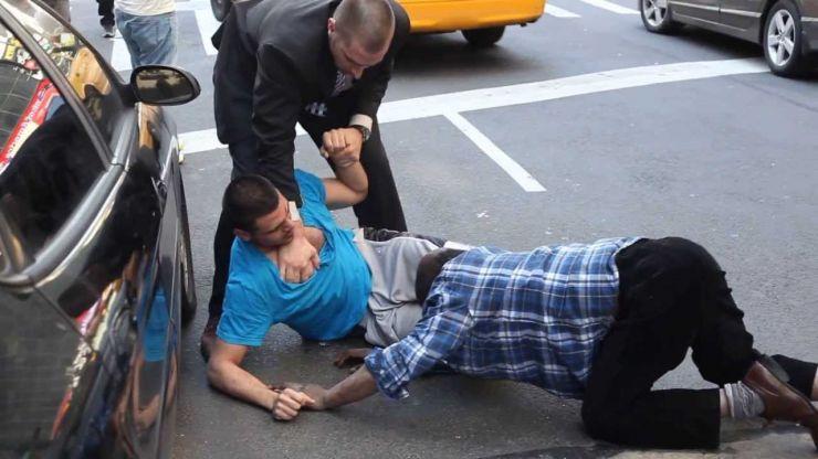 Bătut crunt în plină stradă de patru bărbați