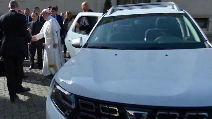 Papamobil conceput de uzina Dacia, folosit de Papa Francisc în vizita în România