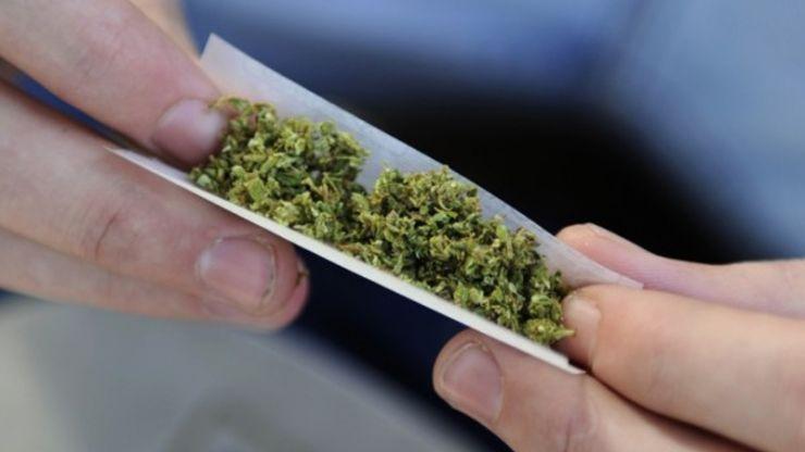 Tânăr cu droguri asupra sa, prins de jandarmi