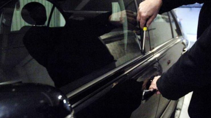 Doi tineri au furat o mașină, s-au plimbat noaptea cu ea, după care au abandonat-o