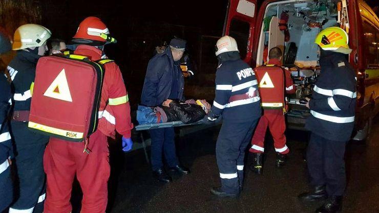 Un tânăr s-a aruncat în fața trenului, dar a supraviețuit. A fost salvat de pompieri