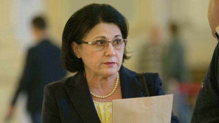 Ministrul Educației îi dă dreptate elevei Andy Varga și susține că ar vrea s-o întâlnească