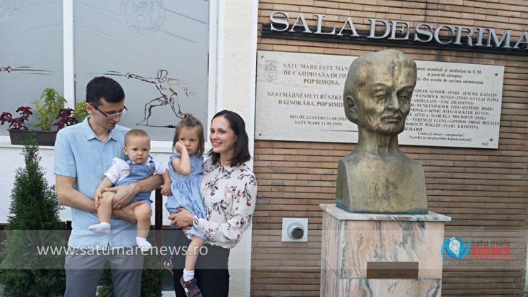 """Placă aniversară dedicată campioanei olimpice Simona Pop, pe fațada Sălii de Scrimă """"Alexandru Csipler"""""""