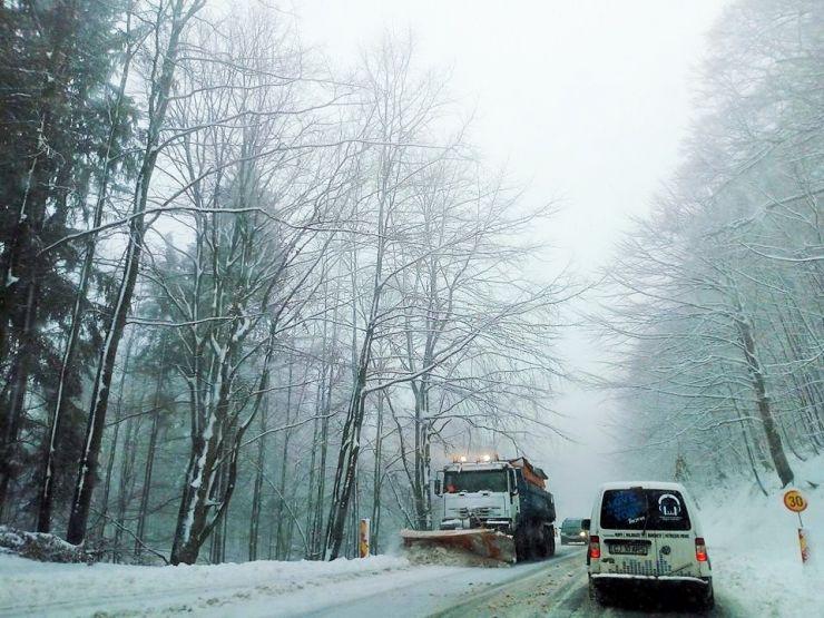 Zăpadă pe dealul Huta Certeze, în Pasul Gutâi și Pasul Prislop