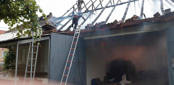 Trăznetele au distrus acoperișurile a trei case și au incendiat 8 tone de fân