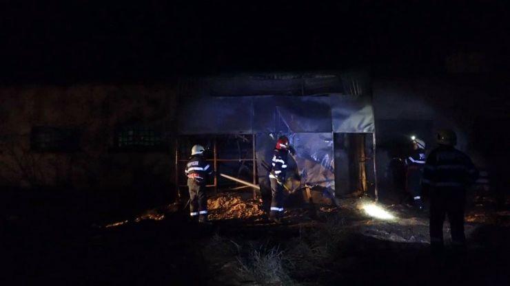 Casă și atelier de tâmplărie cuprinse de flăcări, la Tășnad