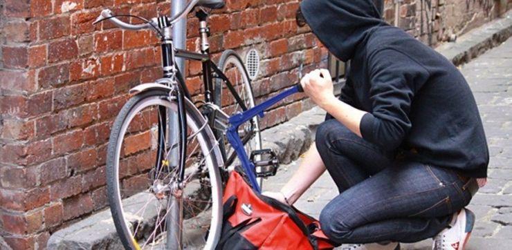 A sustras o bicicletă dar nu a reuşit să pedaleze prea mult