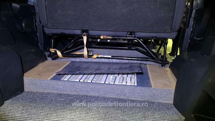 Peste 11.000 de pachete de țigări de contrabandă ascunse în podeaua mașinii