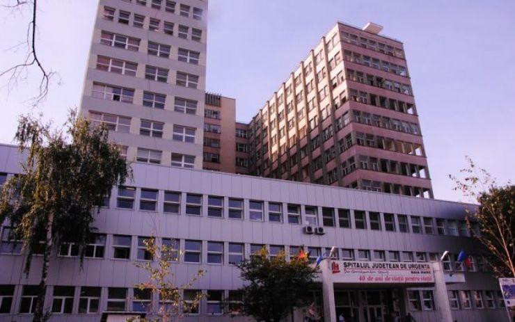 Bărbatul căzut de la etaj, în timp ce monta un aparat de aer condiționat, e în stare gravă la spitalul din Baia Mare