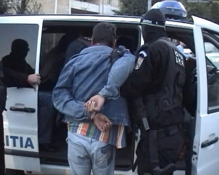 Prinși de polițiști, după ce au furat un telefon mobil și 600 de euro