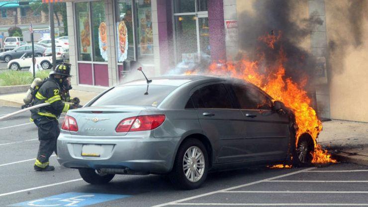 Incendiu în cartierul Zorilor din Tășnad. Două mașini s-au făcut scrum