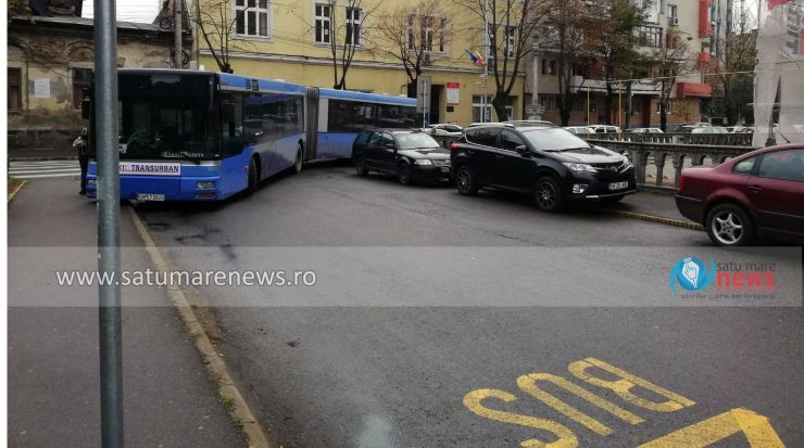 """Autobuz plin cu pasageri, blocat. Șoferul pus în situația de a-i căuta în biserică pe """"credincioșii"""" care au parcat aiurea"""