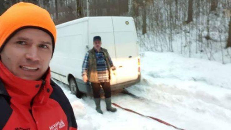 Salvamontiștii au ajutat două familii blocate pe un drum înzăpezit