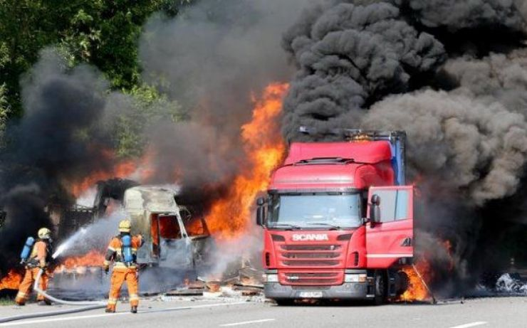 Incendiu puternic în Livada. Traficul, blocat