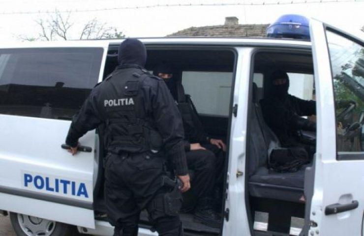 Percheziții domiciliare efectuate de polițiști