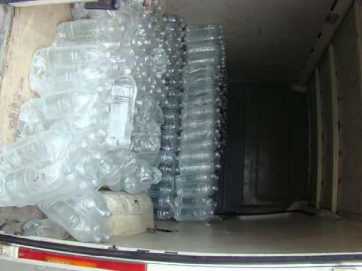 Pălincă penală. Polițiștii au capturat peste 500 de litri de pălincă pe un drum din Satu Mare