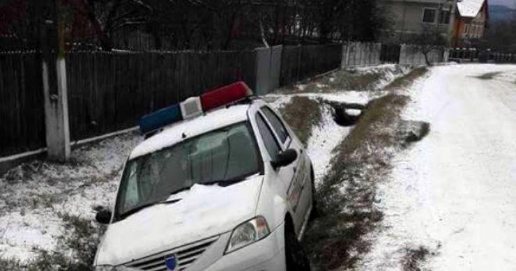 Un polițist s-a răsturnat în șanț cu mașina de serviciu