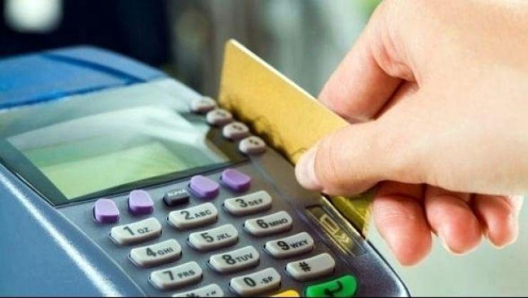 Ce a făcut un sătmărean când a găsit pe stradă două carduri bancare