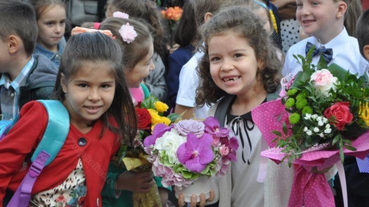 Ceremoniile de deschidere a anului școlar vor fi permise în spații exterioare, cu durată limitată și cu masca obligatorie