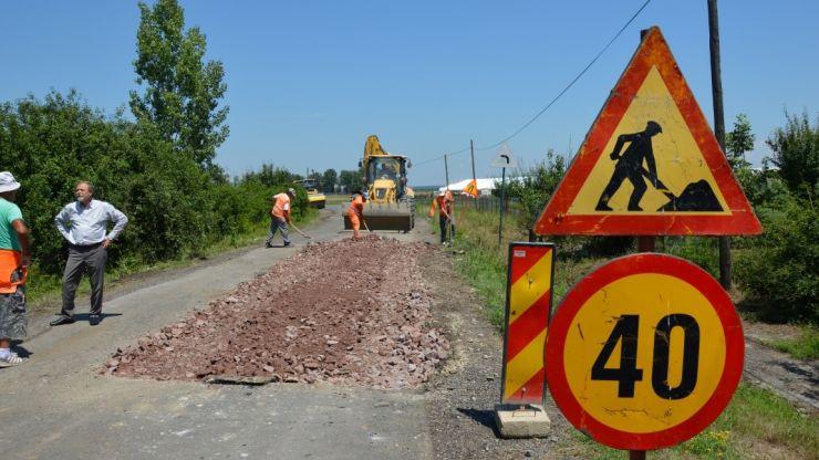 Stadiul lucrărilor de întreținere a drumurilor din județ. Se lucrează pe mai multe tronsoane