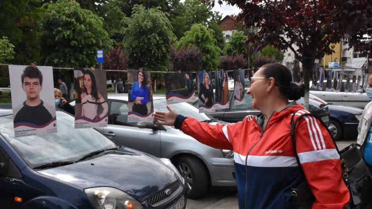 Gest emoționant în Negrești-Oaș | Fotografiile tinerilor absolvenți, expuse pe stradă