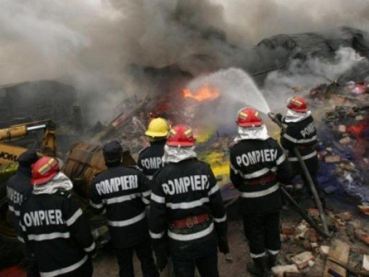Acoperișul unei case din Ardud a ars în întregime în urma unui incendiu