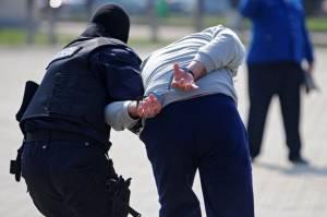 Urmărit naţional prins de poliţişti şi pus după gratii