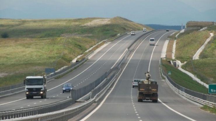 Șofer din Satu Mare filmat circulând pe contrasens, pe Autostrada Transilvania. Poliția îl caută