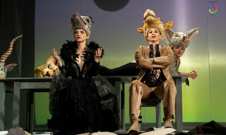 """Spectacolul """"De la km 0"""", pus în scenă de trupele reunite română și maghiară ale Teatrului de Nord Satu Mare"""