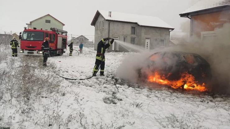 FOTO | Incendiu în Lazuri. O mașină a ars în totalitate