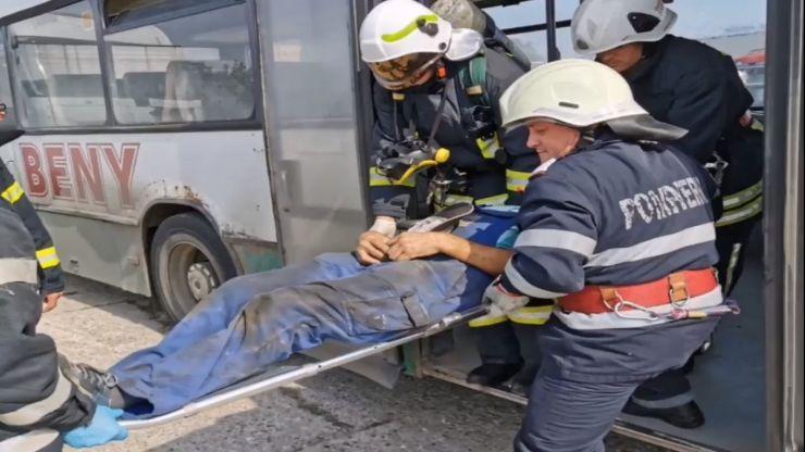 Autobuz în flăcări, șofer rănit, într-o autogară din municipiul Satu Mare (exercițiu)