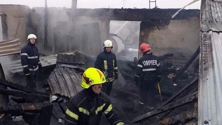 Pompierii s-au luptat peste 5 ore cu incendiul de la atelierul de tâmplărie din Balta Blondă