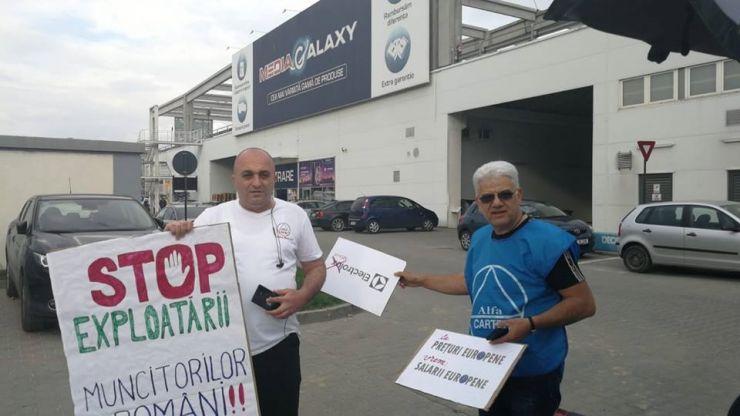 """FOTO. Lideri ai Cartel Alfa, """"invitați afară"""" dintr-un hipermarket din țară, în cadrul campaniei de boicotare a produselor Electrolux"""
