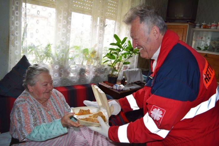 Caritas a distribuit pachete de ajutor și mâncare caldă în ajunul Sărbătorilor Pascale