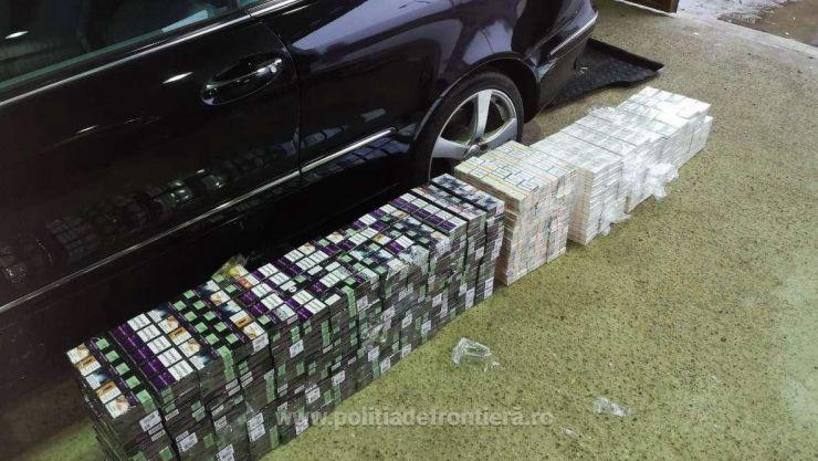 Femeie prinsă de vameși cu țigări de contrabandă ascunse sub bara de protecție și sub bancheta mașinii