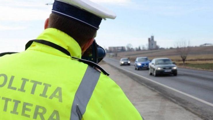 Amenzi date pe bandă rulantă şi permise reţinute de poliţiştii rutieri